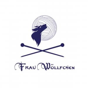 heulender Wolf, im Hintergrund ein Wollknäuel an Stelle eines Mondes, unterhalb des Wolfes sind sich überkreuzende Stricknadeln und der Schriftzug Frau Wöllfchen