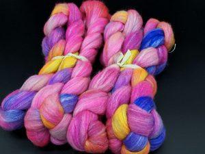 Kammzug aus einer Mischung von Corriedale und Rosenfasern in neon Pink/gelb/violett
