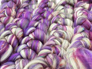 Kammzug aus Schurwolle (Corriedale) und Sariseide in verschiedenen Lilatönen