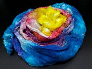 Breiter Kammzug aus reiner Maulbeerseide im Farbverlauf von gelb nach blau