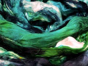 Breiter Kammzug aus reiner Maulbeerseide in grün, schwarz, natur