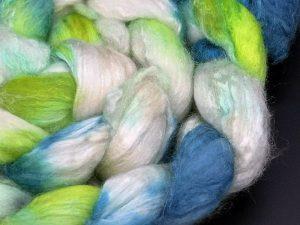 Kammzug aus einer Mischung von Merino und Tussahseide in grün, blauviolett