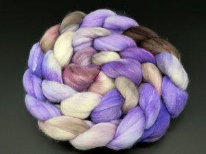 Kammzug aus einer Mischung von Merino, Tussahseide und Nylon in lila, braun