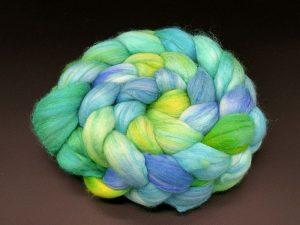 Kammzug aus einer Mischung von Merino, Tussahseide und Nylon in grün, blau