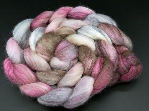 Kammzug aus einer Mischung von Merino, Tussahseide und Nylon in zartem rosé und braun