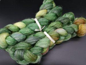 Kammzug aus einer Mischung von Polwarth und Tencel in grün, braun