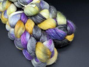 Kammzug aus einer Mischung von Polwarth und Tencel in violett, orange