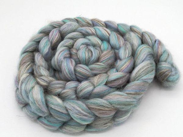 Kammzug aus Schurwolle (Merino) und Seide mit pastelligen Blau und Grautönen