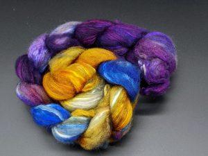 Kammzug aus einer Mischung von Yak und Maulbeerseide im Farbverlauf von orange nach blauviolett