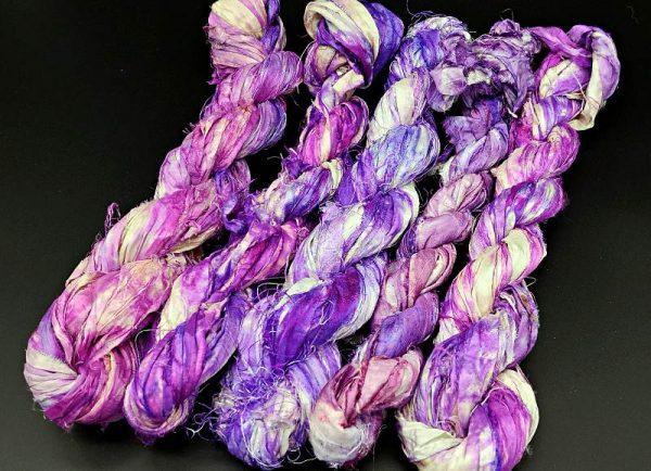 Seidenbänder in verschiedenen Violetttönen