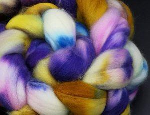 Merino superwash Kammzug in lila, senfgelb und blau, weiß durchsetzt