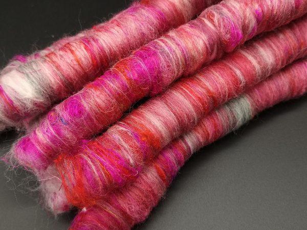 Rolags in rot und grau mit pinkfarbener Sariseide