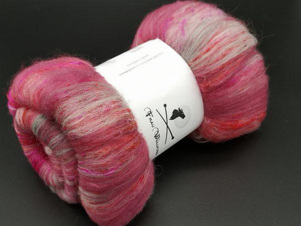 Batts in rot und grau mit pinkfarbener Sariseide