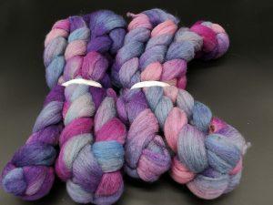 Kammzug aus Merinofasern in Blautönen mit pink