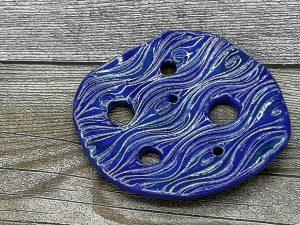 Lochscheibe aus Keramik, blau lasiert mit 6 Löchern