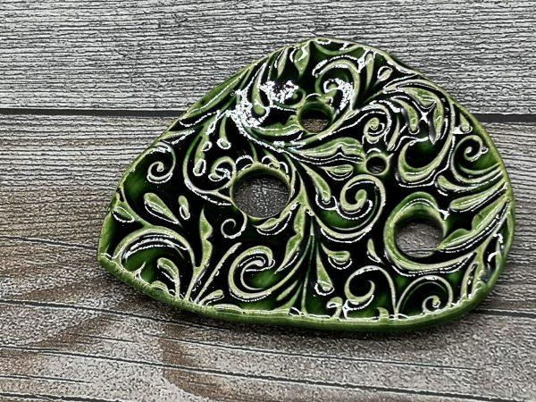 Lochscheibe aus Keramik, dunkelgrün lasiert mit 4 Löchern