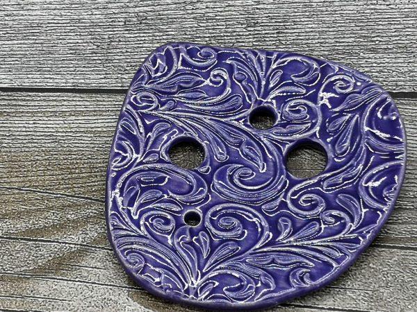 Lochscheibe aus Keramik, violett lasiert mit 4 Löchern