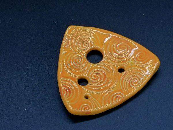 Lochscheibe aus Keramik, gelb lasiert mit 4 Löchern