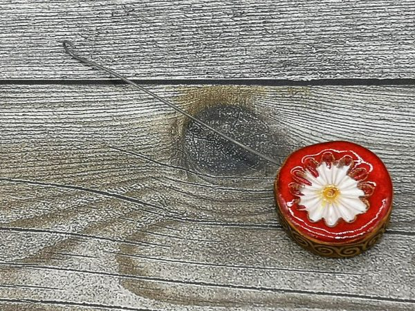 Einzugshaken, rot/weiß glasiert mit Blumenmuster und umlaufende Musterung an der Seite
