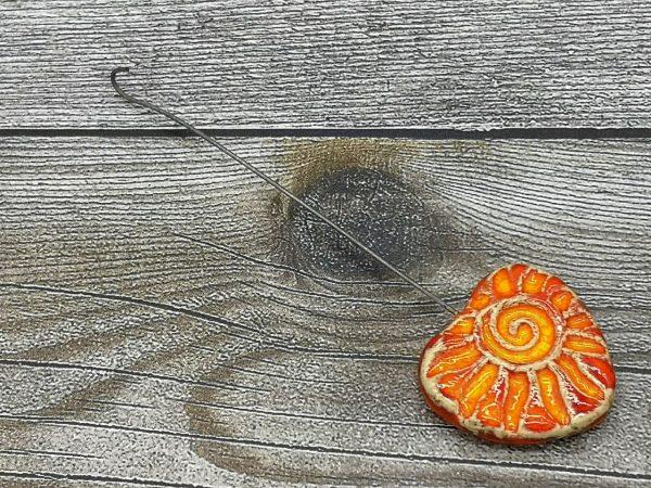 Einzugshaken, orange-gelb glasiert in Herzform mit Sonne