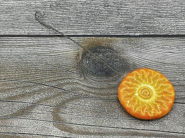 Einzugshaken, gelb glasiert mit Sonnenmuster