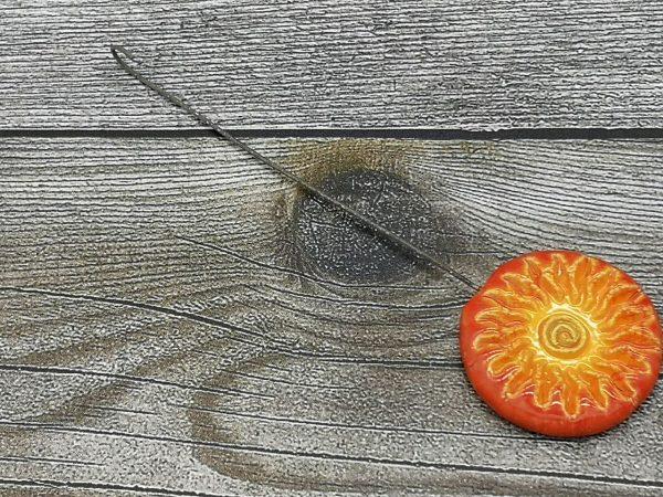 Einzugshaken, orange-gelb glasiert mit Sonnenmuster