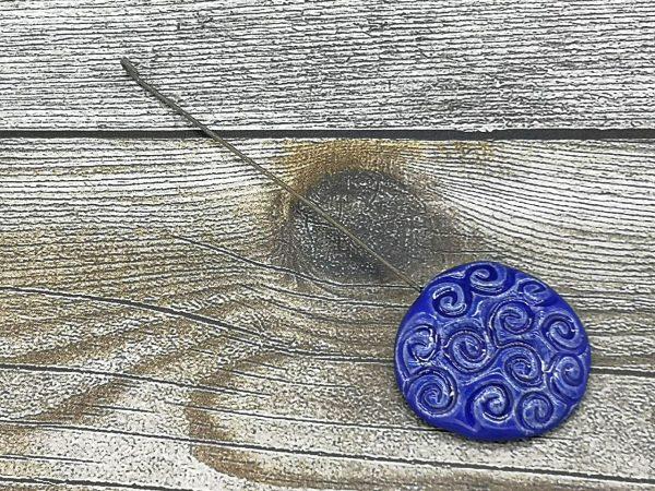 Einzugshaken, blau lasiert mit Schneckenmuster