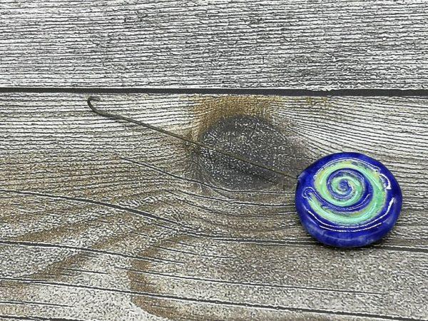Einzugshaken, blau glasiert mit Schneckenmuster