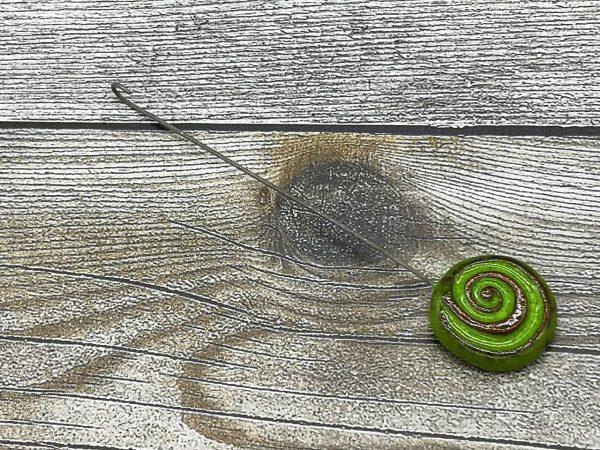 Einzugshaken, grün glasiert mit Schneckenmuster