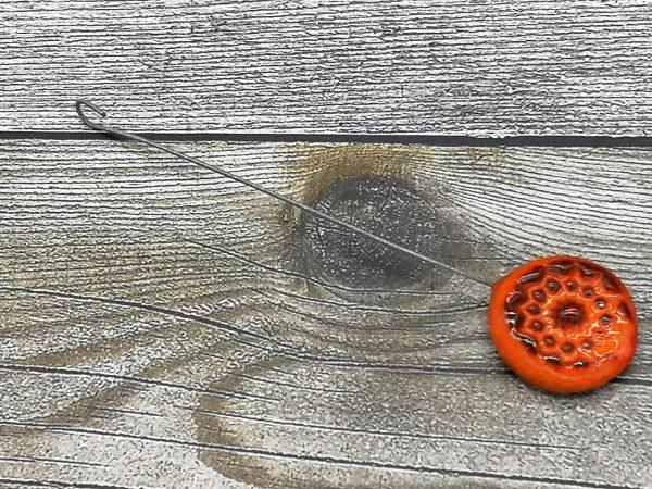Einzugshaken, orange-braun glasiert mit Blumenmuster