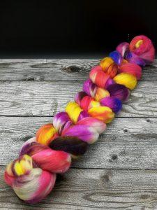 Kammzug aus einer Mischung von Polwarth, Seide und Stellina in ping, violett, gelb und blau