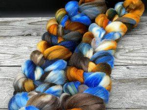 Kammzug aus einer Mischung von Polwarth, Seide und Stellina inblau, braun und senfgelb
