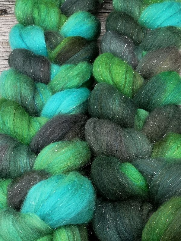 Kammzug aus einer Mischung von Polwarth, Seide und Stellina in verschiedenen Grüntönen mit wenig türkis