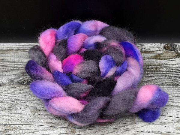 Kammzug aus Teewaterschurwolle in neon pink mit Schwarz und violett