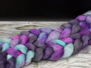 Kammzug aus Teewaterschurwolle intürkis, lila und schwarzKammzug aus Teewaterschurwolle in türkis, violett und schwarz