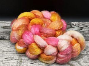 Kammzug aus einer Mischung von Polwarth und Tencel in pink, orange und gelb