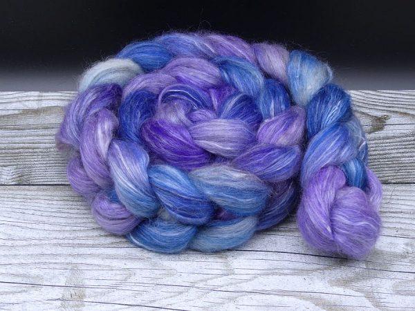 Kammzug aus einer Mischung aus Gotland und Ananasfasern in blau und lila
