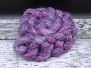 Kammzug aus einer Mischung aus Gotland und Ananasfasern in verschiedenen Violetttönen