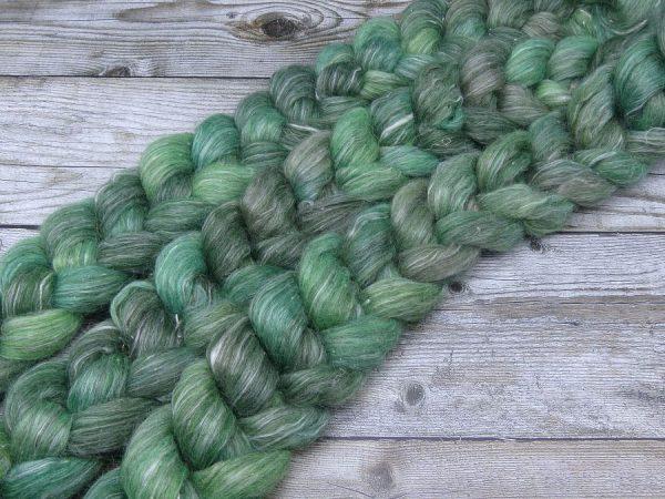 Kammzug aus einer Mischung aus Gotland und Ananasfasern in Grüntönen