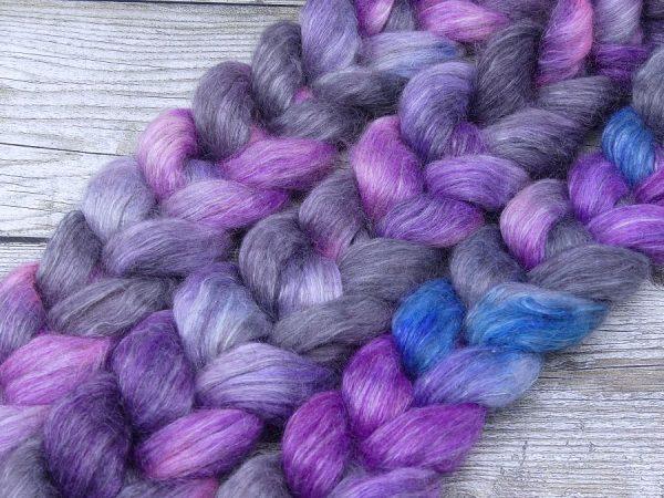 Kammzug aus einer Mischung aus Gotland und Ananasfasern in blau mit violett und grau