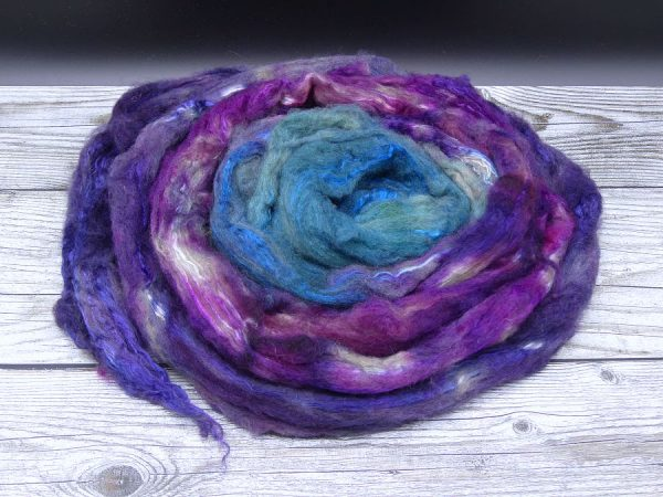 Kammzug aus einer Mischung von Yak und Maulbeerseide im Farbverlauf von lila über violett nach blau