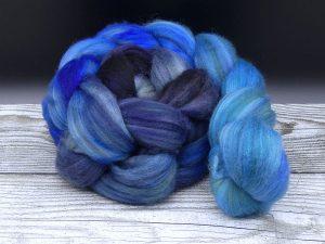 Kammzug aus einer Mischung von Babykamel und Merino im Farbverlauf in Blautönen