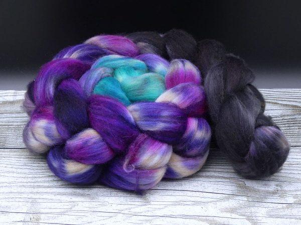 Kammzug aus einer Mischung von Babykamel und Merino im Farbverlauf von schwarz über violett nach türkis