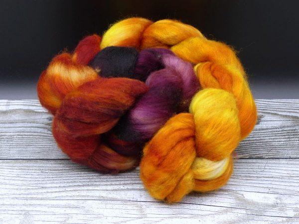 Kammzug aus einer Mischung von Babykamel und Merino im Farbverlauf von orangegelb über rotorange nach bordeaux