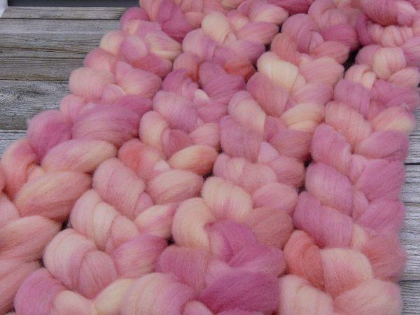 Kammzug aus Süddeutscher Merino in hellem rosé und leichtem pfirsich