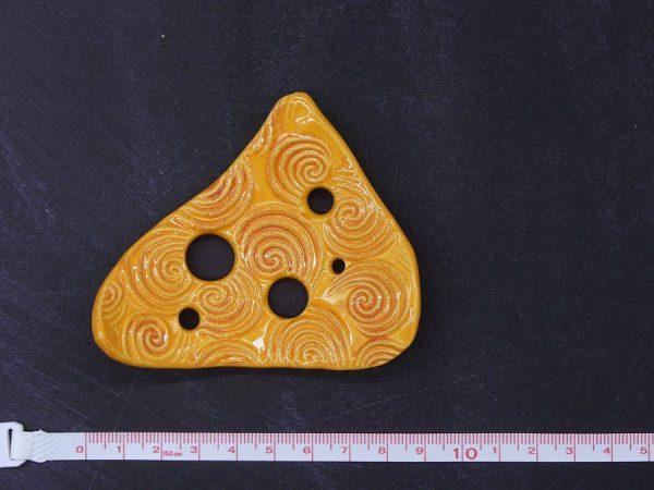 Lochscheibe aus Keramik, gelborange lasiert mit 5 Löchern