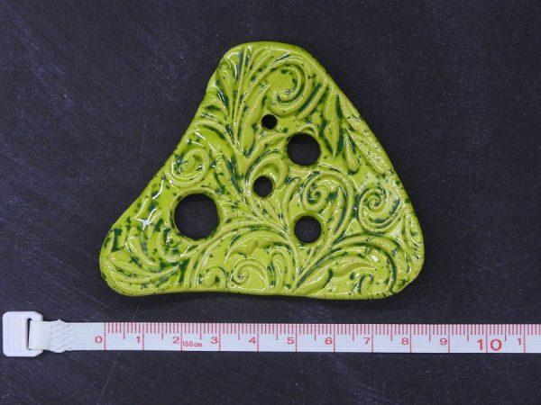 Lochscheibe aus Keramik, gasgrün lasiert mit 5 Löchern
