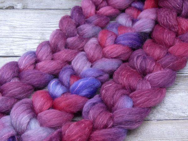 Kammzug in einer Mischung von Falkland und Ramie in Rottönen mit violett