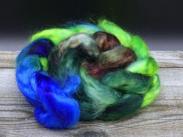 Kammzug aus Mohairfasern im Farbverlauf von blau über verschiedene Grüntöne nach braun