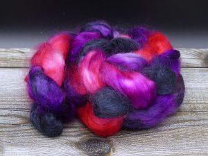 Kammzug aus Mohairfasern in schwarz, violett und rosa